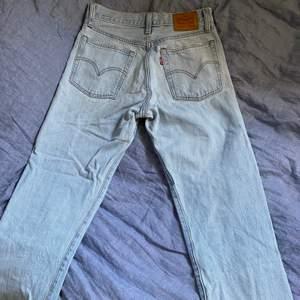 Ljusblåa raka jeans som går till anklarna. Supersnygg slitning nertill! Jätte fin pass form men dem är tyvärr lite små för mig. Storleken är 26 men skulle säga att dem passar bättre för 25.