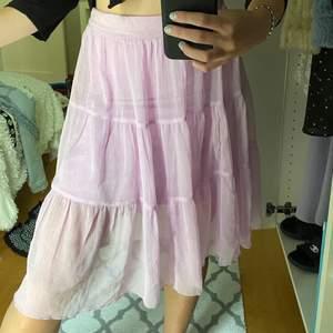 Säljer nu denna älskade kjolen, den är pastell lila vilket kanske inte helt syns på bilden. Kjolen passar allt från xs-L då men kan dra åt ett snöre så hårt man vill i midjan.