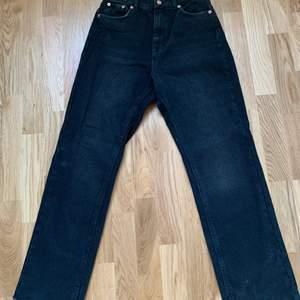 Mörkgråa jeans från NA-KD som tyvärr aldrig kommit till användning, eftersom de ej är använda är dem i princip som nya. Frakt tillkommer 💕