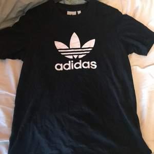 En vanlig svart adidas t-shirt i man storlek. Köpare står för frakt❤️