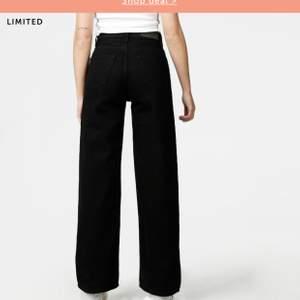 Hej! Jag köpte dessa jättesnygga jeans från junkyard men de kommer inte till användning. De är som nya då de köptes nyligen och använda Max 2 gånger. Skriv om du är intresserad☺️ (nypriset var 600kr) frakten ingår i priset!