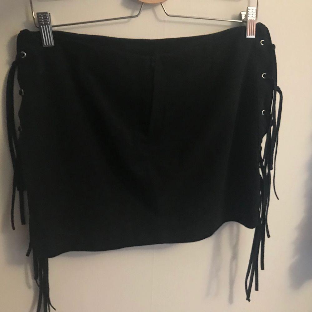 En jättefin  kjol från H&M i mocka material (fejk)! Kjolen har fransar på sidan och en dragkedja där bak. Nästan aldrig använd så den är i nyskick! Köparen betalar frakt❤️. Kjolar.