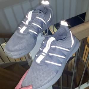 Knappt använda skitsnygga gråa adidasskor! Fick dom i present men dom va lite för stora och jag växte aldrig i dom:)