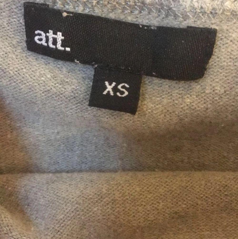 off-shoulder tröja från att. riktigt skön och fin. 💘💘. Tröjor & Koftor.