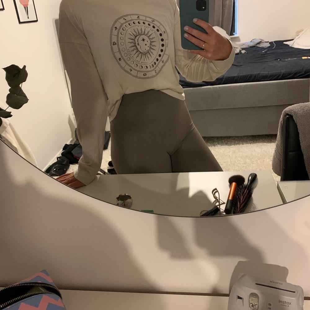 Supermjuk ströks från Gina tricot storlek XS, använd ett fåtal gånger. Du betalt frakt . Toppar.