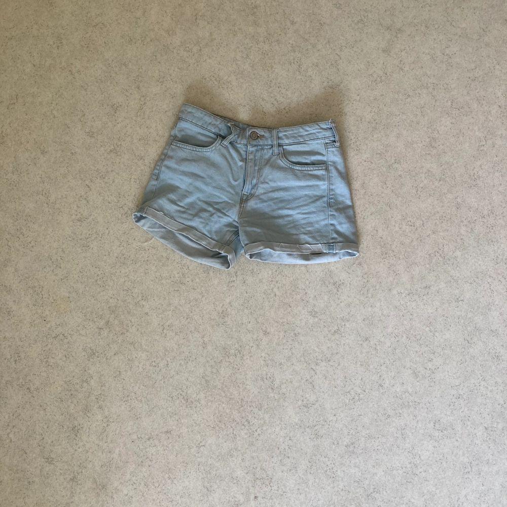 Lågmidjade jeansshorts i ljusblå ton, knappt använda och fint skick. Shorts.