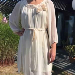 En jättefin och luftig klänning från Vila som inte är använd. Prislappen sitt till och med kvar.