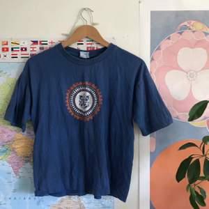 Asball T-shirt med tryck på ganesha tror jag?? Väldigt snygg iaf! Ganska kort i modellen.