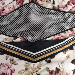 Fina scarfs i olika mönster i mjukt och silkigt tyg! Knappt använd. 50 kr för båda.