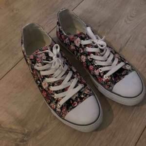 Blommiga sneakers, oanvända