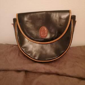 clutch-väska från YSL. Köpt i vintagebutik i paris. vet ej om den är äkta eller ej, men den är i jättefint läder. Ett innerfack och magnetknapp för att hålla den stängd.