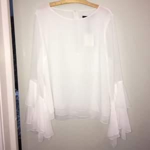 Jättefin helt oanvänd vit blus då prislappen fortfarande är kvar, säljer pga att jag inte använder den, köparen står för frakten