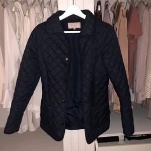Marinblå jacka från VILA 😍 du står för frakt ca 60kr 🌟