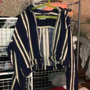 Asball sommarjacka/skjorta ish från Beyond retro, aldrig använd. Har en dragkedja, står storlek M men jag skulle säga att den passar XS/S, den är kort i modellen. Mörkblå med vita och grå ränder. Skriv för frågor🥰