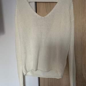En stickad tröja med öppen rygg från Nelly trend i strl S. Skriv vid frågor/fler bilder:) Köpare står för fraktkostnad♥️