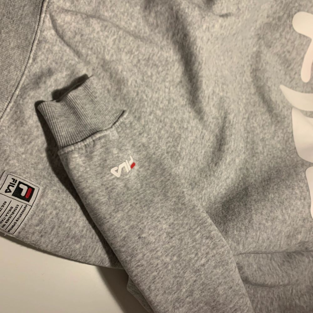 Grå Fila hoodie i storlek S. Lite oversized.. Huvtröjor & Träningströjor.