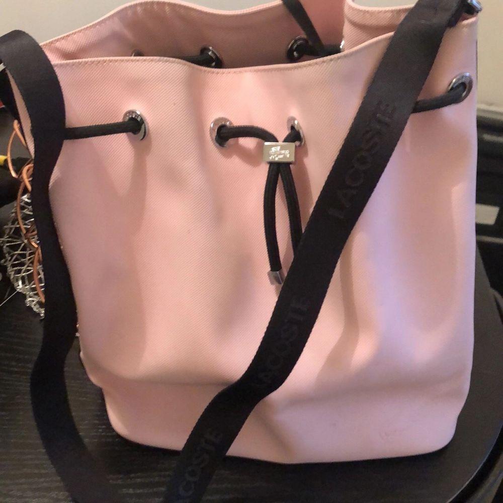 Rosa Väska som är använd en gång . Väskor.
