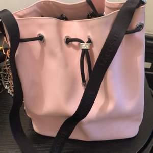 Rosa Väska som är använd en gång