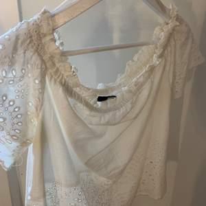 En vit somrig blus och som även är mönstrad. Tröjan har kortärm. Använd fåtals gånger. Tvättar innan säljning. Köparen står för frakten. Vid frågor hör gärna av er !🤍💕💞