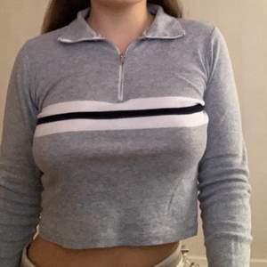 Säljer min fina Brandy Melville tröja med half zip i ett otroligt skönt och stretchigt material🤍 One Size och väldigt stretchig så passar allt mellan XS och L🤍