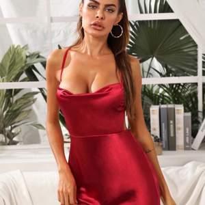 Beställde flera klänningar men denna passade inte så den får säljas, skiiitsnygg verkligen 💃🏽💋🤪 Aldrig använd!