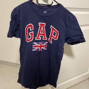 Säljer denna blå gap t-shirten i storlek xs men skulle säga att den även passar S (tjej).Frakten ingår inte i priset💗