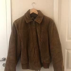 En höstfavorit!!! Oversize corduroy jacka. Vintage. Sitter som en M/L