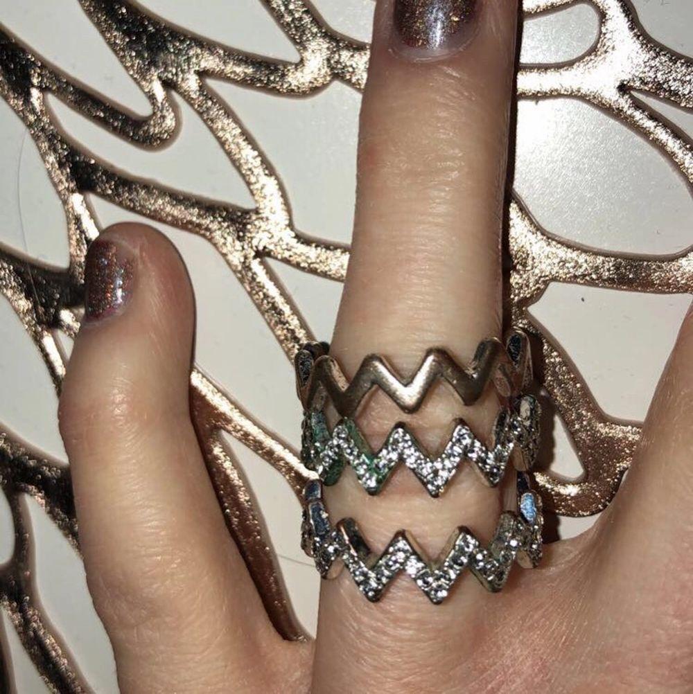 """tre populära ringar från hm, två är glittriga med """"diamanter"""" och en är silverfärgad helt slät🤍(inte äkta silver därav är de gröna på något ställe men syns inte jättetydligt) !! 100kr för alla tre💓💓säljer då de är för stora för mig som annars har xs/s. Accessoarer."""