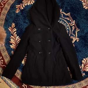Säljer denna kappa i strl 34. Den är ifrån amisu. Den är i jätte bra skick, inga fel alls. Den har även luva. Undrar man över något så är det bara att kontakta mig.