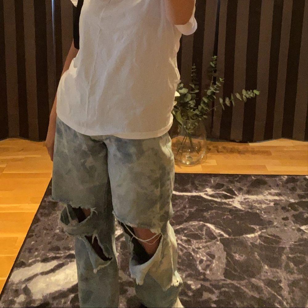 Håliga jeans i tie dye färg! Ifrån pretty little thing. Superfina och sköna till sommaren, fråga efter fler bilder om så önskas🥰💘💖 Storlek 38 men passar mig med 36 också, beror på hur du vill att de ska sitta!. Jeans & Byxor.