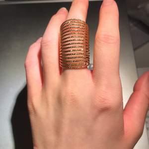 Fin oanvända guldfärgade ring. Frakt 12 kr