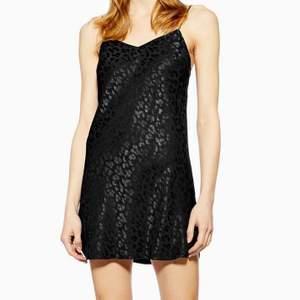 Svart miniklänning i satin med leopardmönster från Topshop, aldrig använd! 🖤 Storlek 38 men passar även 36 skulle jag säga!