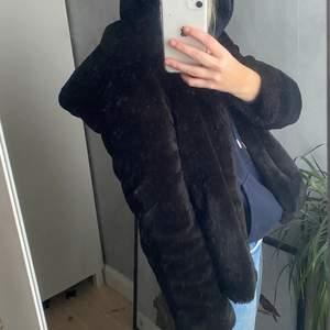 Jacka från Zara med luva i bra skick (spegeln som är smutsig inte jackan)! Storlek S