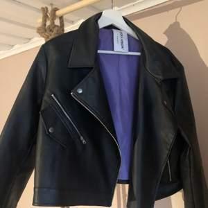 Sparsamt använd biker jacket från COLLUSION. En midjekort modell i storlek 44 🖤