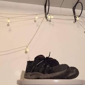 Höga tuffa sneakers. Mörka färger passar de flesta klädesplagg ;-) för stora för moi tyvärr ✨  FRI FRAKT 🌈