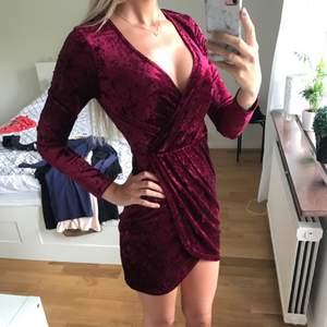 Så snygg klänning från Nelly i mockaliknande tyg. Vinröd. Köpt för 399, och aldrig använd.
