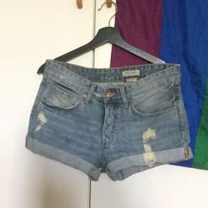 Baggy jeansshorts i storlek 36. Men eftersom det är en baggy modell så passar dom säkert upp till storlek 38 beroende på hur man vill att dom ska sitta!