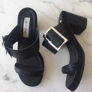 Sandaletter från Nelly.com med 6 Cm klack och spänne över foten. I fin skicka så de endast är använda 2 gånger. Köparen betalar ev frakt✨