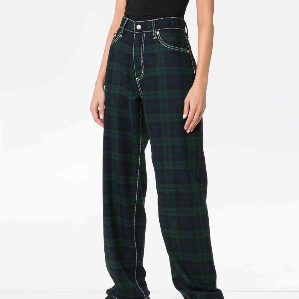 Eytys Benz check loose, storlek 28. Köpta på caliroots för 2500kr, dom är för tillfället slut överallt och kommer förmodligen aldrig säljas igen. Dom är i ull vilket är perfekt till i vinter! Det är bara skriva ifall ni vill ha fler och egentagna bilder!!. Jeans & Byxor.