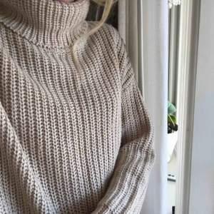 En mycket fin fin och mysig stickad tröja/klänning. Använd ett fåtal gånger. Köparen står för frakten
