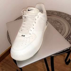 Nike air force 1, storlek 41 / köpta på jdsport / använda 2-3 gånger så dom är nästan nya :) färgen  är kräm vit och inte vanligt vita. Köpte dom för den snygga färgen.