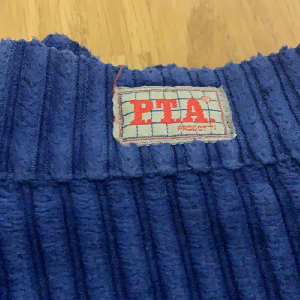 """Super sköna blå manchesterbyxor från 90-talet.  Säljer då de aldrig kommit till användning. Märke är P.T.A. procotti. Är baggy passform och  är 32"""" waist och 34"""" Length. Skulle säga att det är 36/38 i storlek 💕 . Jeans & Byxor."""