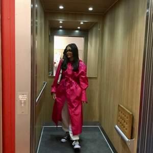 En K-Way rosa lång luftig regnjacka med huva, aldrig använt bara legat i min garderob. Mycket bra skick ✨ jag är 159cm så den är lång. Den finns inte och köpa längre!✨kunden står för frakt✨ högst bud vinner💖