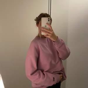 🤎Superfin och skön sweatshirt från Pull&Bear. Stolek: S-oversized.🤎❗️obs: har en litenliten fläck vid ärmen som ni kan se på andra bilden, men knappt synlig när man har den på.❗️ 💌Fraktar: måndagar & torsdagar.