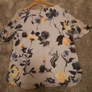 En så fin blus, som tyvärr inte kommer till användning för nån i min familj! Den har jätte fina hål detaljer på axlarna (se bild 3)! 💕🥺 Ljusblå med blom detaljer! ❤️ Skriv privat för mer bilder och info! (frakt tillkommer)