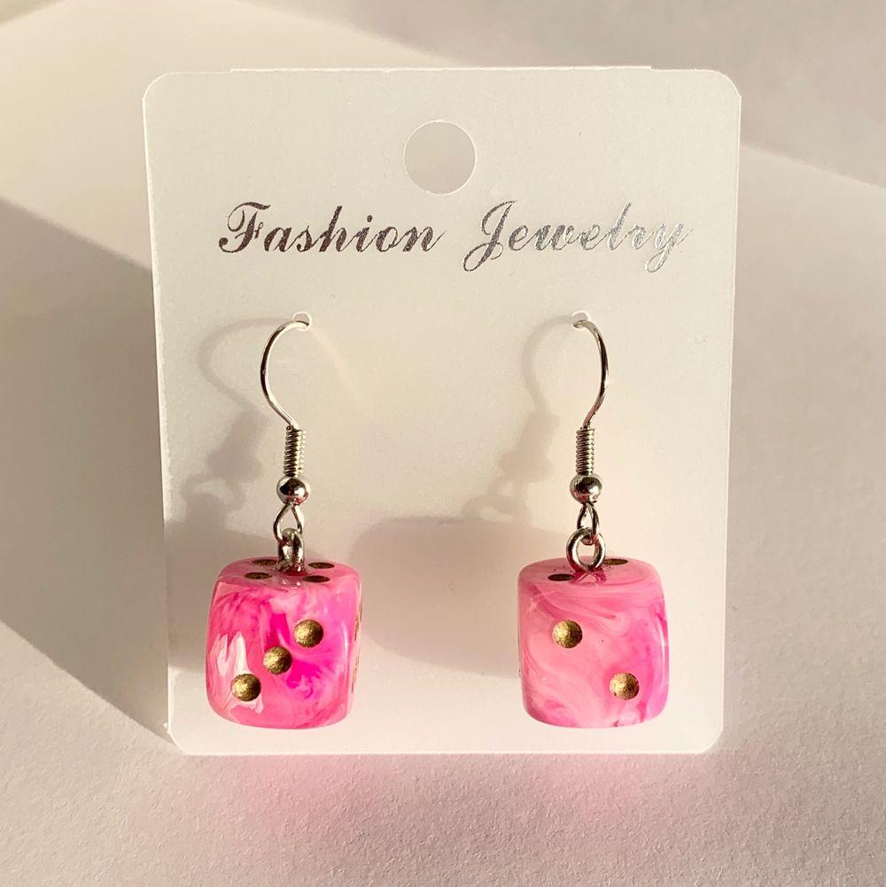 Mina örhängen går att köpa via www.strawberrycrafts.se! 🥰 kolla gärna in där om du gillar örhängena på min plick profil :D. Accessoarer.