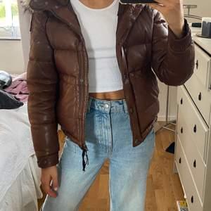 """Säljer även min vinterjacka från Parajumpers i modellen """"distressed Leather"""". Kvitto osv finns kvar! Originalpris ca. 12 000kr. Köparen står för frakten!💕💕"""