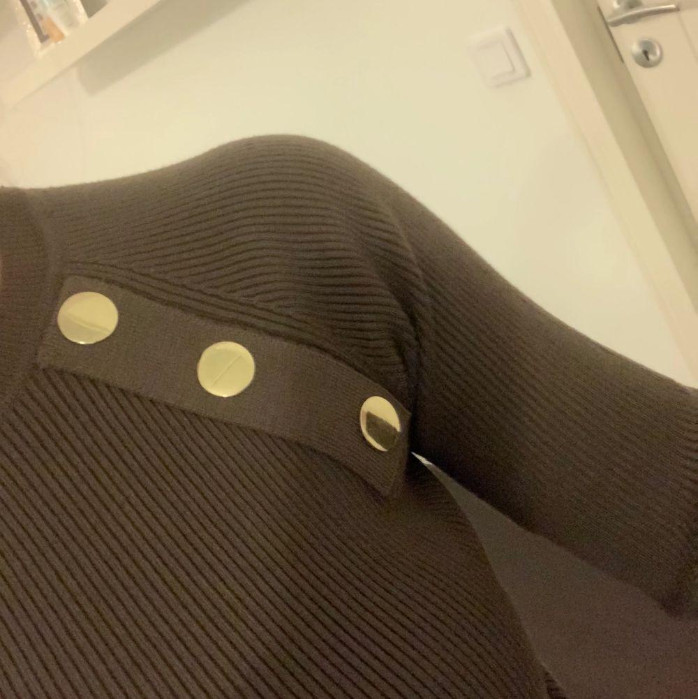 Oanvänd Tight grön tröja med guld detaljer i strl S . Tröjor & Koftor.