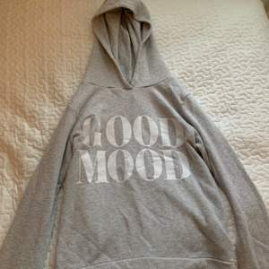 Ljusgrå hoodie med glitter från Newyorker, fint skick och använd ett fåtal gånger. (Frakten ingår ej i priset)
