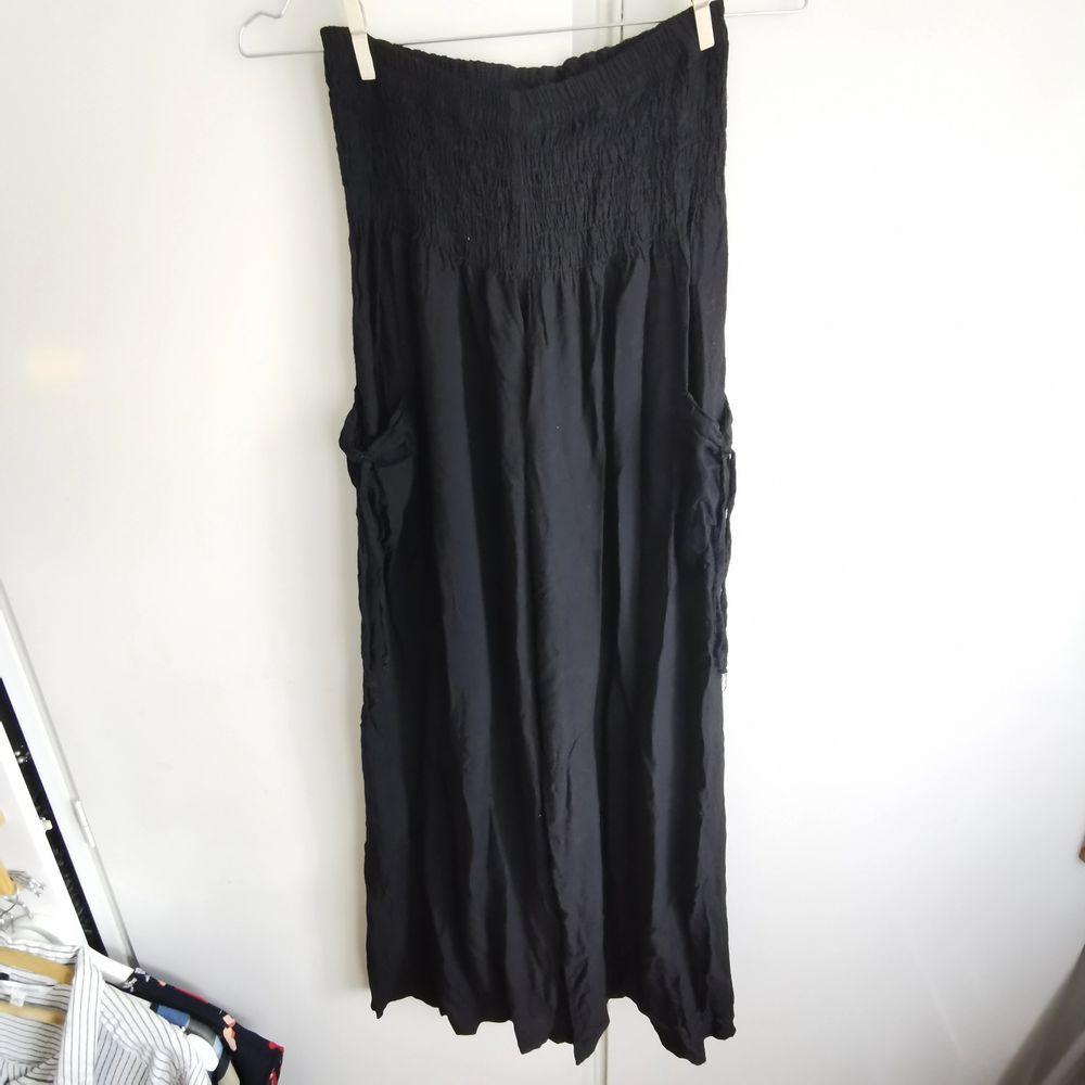 svarta tunna byxor med haremstyle, bred risår i midjan och fickor med snörning på sidorna, raka ben. dm för fler bilder etc💞       🎂frakt ingår. Jeans & Byxor.